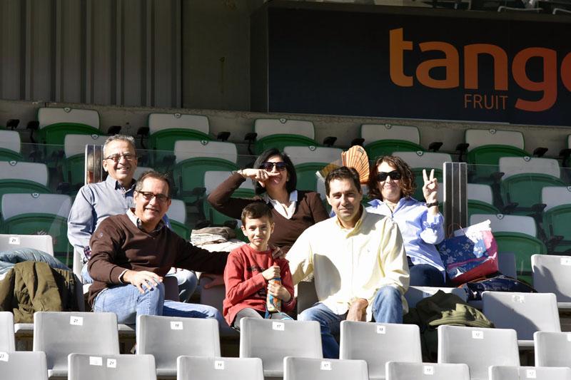 Aficionados esperan el comienzo del partido