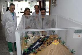 La Dra. Alvarez junto a profesionales del hospital visitan la nueva exposición de playmobil