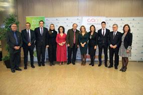 El director de la UGC de Cardiología, Manuel Pan, y el doctor Francisco J. Hidalgo posan con la alcaldesa, consejera y otras autoridades antes de recoger el Premio Nacional de Investigación Colegio de Médicos Caixabank