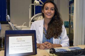 La especialista interno residente Alba Sanjuan es premiada por el Colegio de Médicos