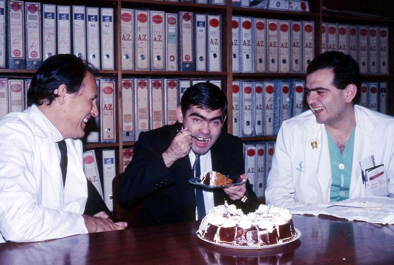 Primer paciente trasplantado de páncreas celebra su alta hospitalaria junto a los cirujanos. 1988