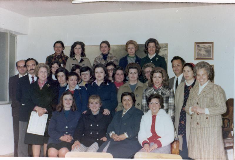 Profesores y alumnas de un curso de auxiliares de clínica. 1974