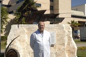 Ramón Cañete posa junto al conjunto escultórico realizado por el enfermero José Luis Checa