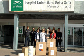 La policía Local, junto a representantes municipales y del hospital, antes de entregar los regalos