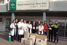 La Policía Local ha visitado hoy el hospital para entregar regalos a los niños