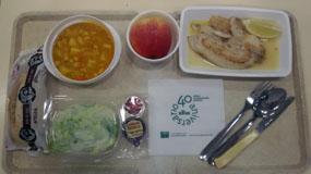 Bandeja de menús hospitalarios con servilletas del 40 aniversario