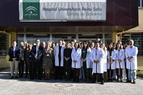 La delegada de Salud y Familias se reúne con profsionales del hospital