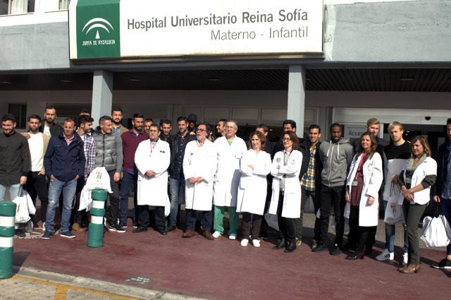 La plantilla del Córdoba Club de Fútbol ha visitado a los niños hospitalizados en el Infantil.