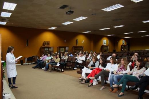 Vista salón de actos con la reunión sobre avances dolores de hombro y espalda