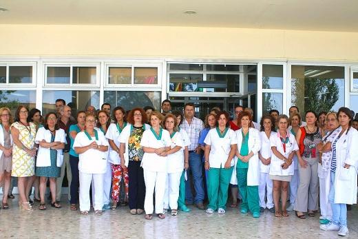 Profesionales del hospital Virgen de la Victoria en la entrada principal