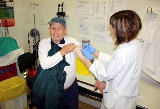 Un hombre recibe la vacuna contra la gripe en un centro de atención primaria