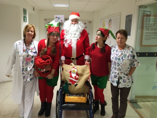 Visita de Papa Noel a los hospitales públicos de Málaga