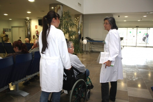 Voluntarios de la asociación Nueva Vida Andalucía acompañan a un paciente