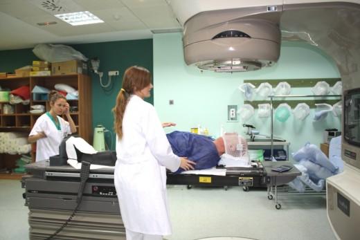 Profesionales atendiendo a un ciudadano en la Unidad de Radioterapia