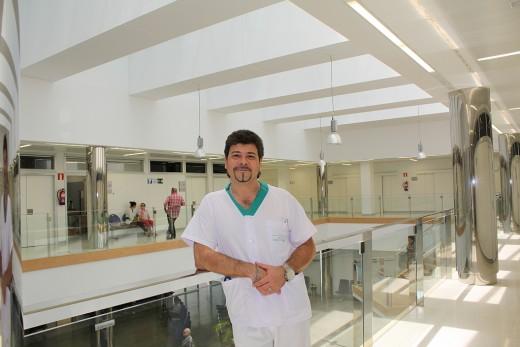 Carlos de la Cruz en el patio central del Hospital Virgen de la Victoria