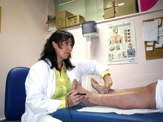 Rocío Merino, cirujana vascular del Clínico, atiende a un paciente