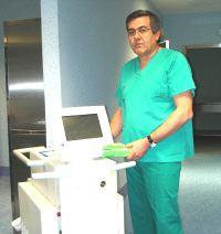 El doctor José Carnero, junto al nuevo láser