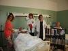 Reparto de libros por parte de los voluntarios a los pacientes