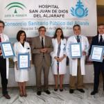 Entreg de los certificados de calidad a los responsables de las unidades la gerente del hospital