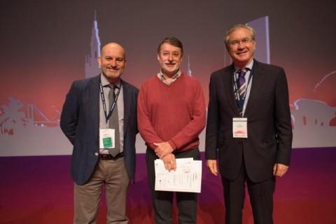 Víctor Reyes recibe el premio a la mejor comunicación en el X Congreso Nacional Hospitales de Sevilla