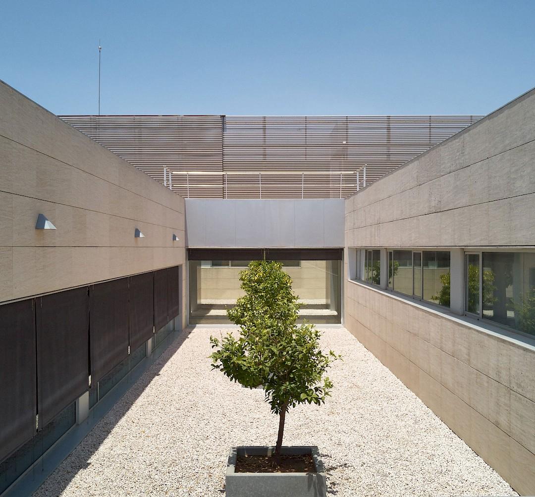 Foto de un detalle exterior del edificio. Geométrico y centrado.