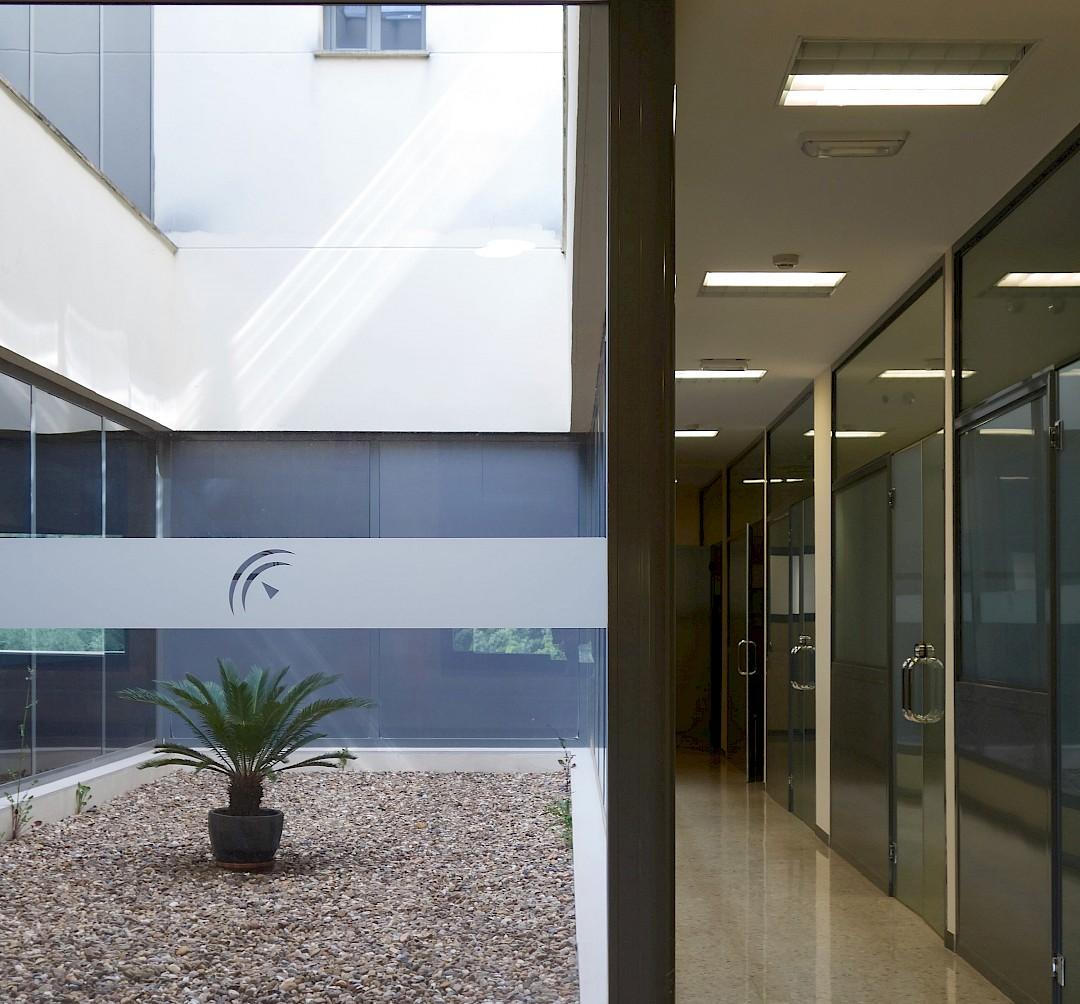 Foto del interior del hospital. Patio y pasillo modernos.