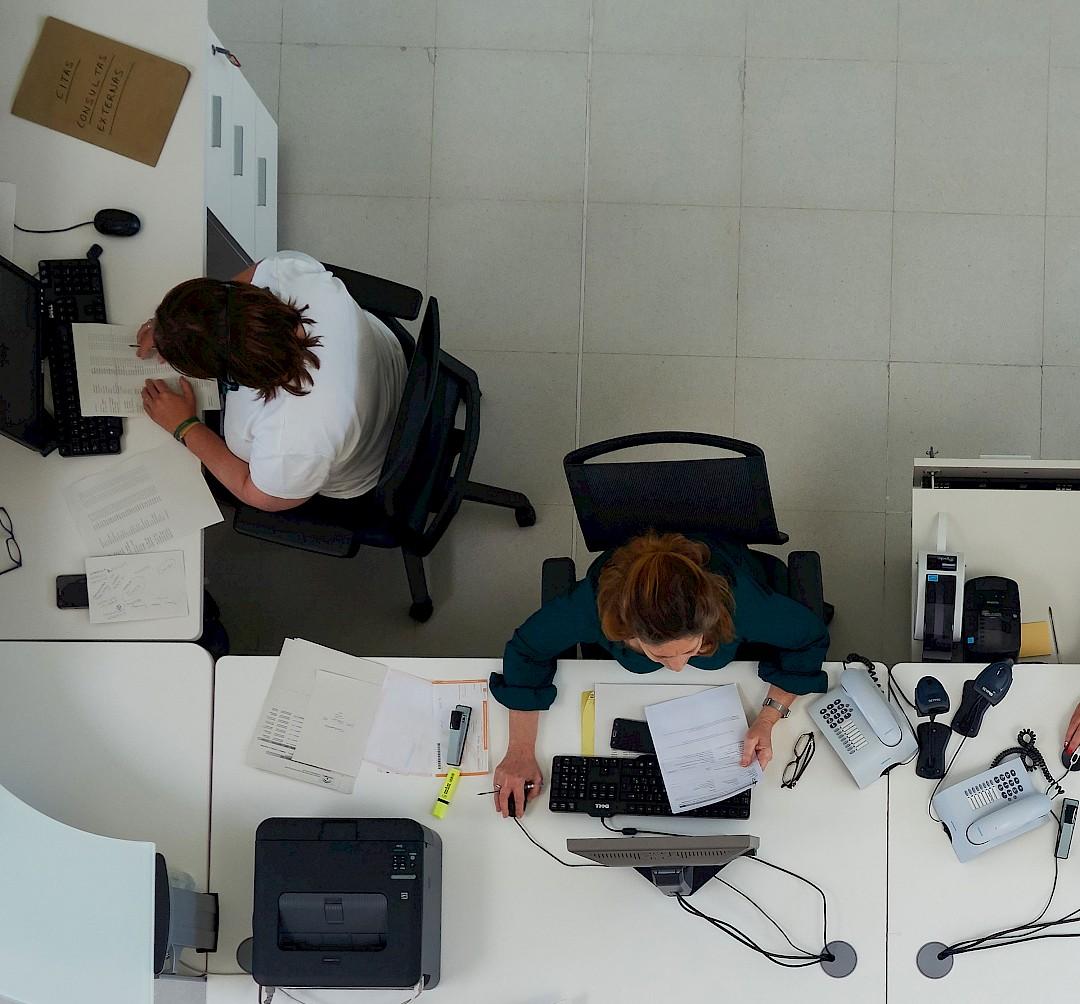 Foto de trabajadoras en recepción, vistas desde arriba.