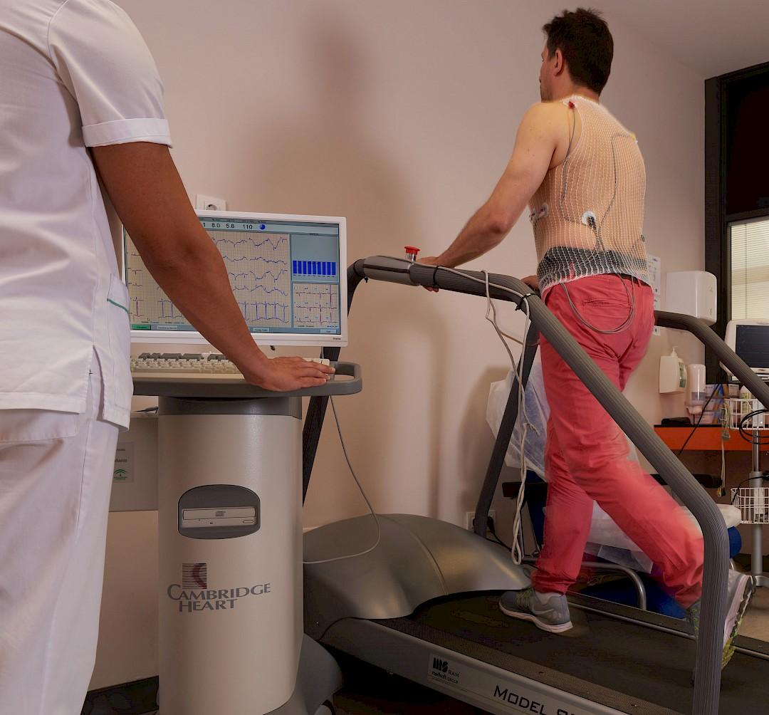 Foto de un paciente acompañado realizando una prueba cardiaca.