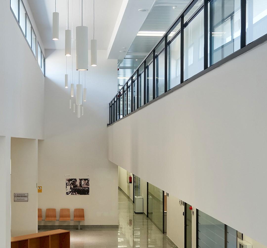 Foto de un detalle interior del edificio. Geométrico y luminoso.