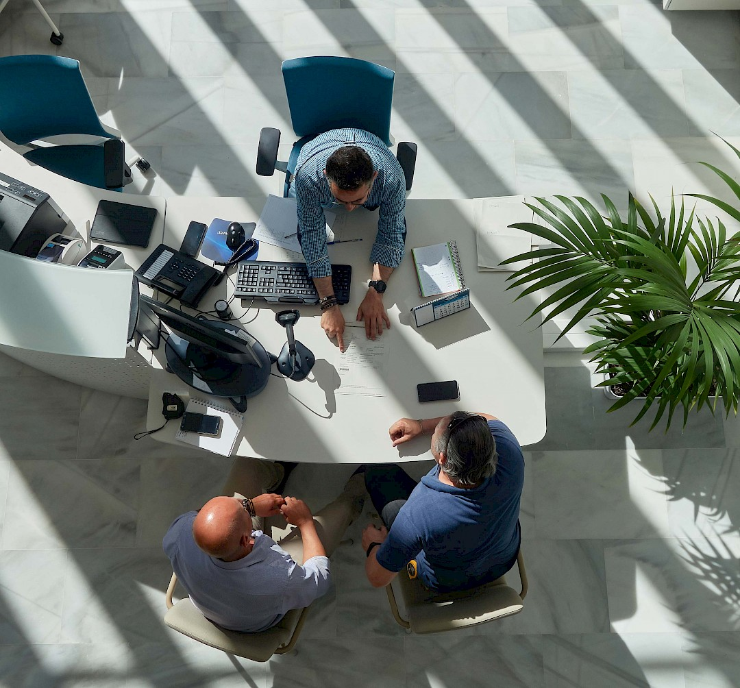 Fot de personas realizando tareas administrativas