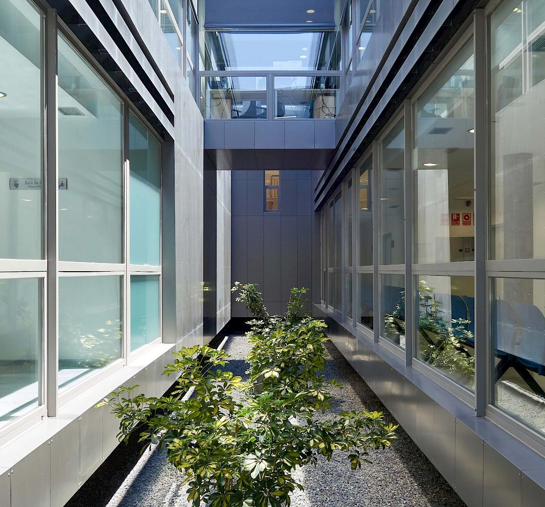 Foto de un patio interior del hospital.