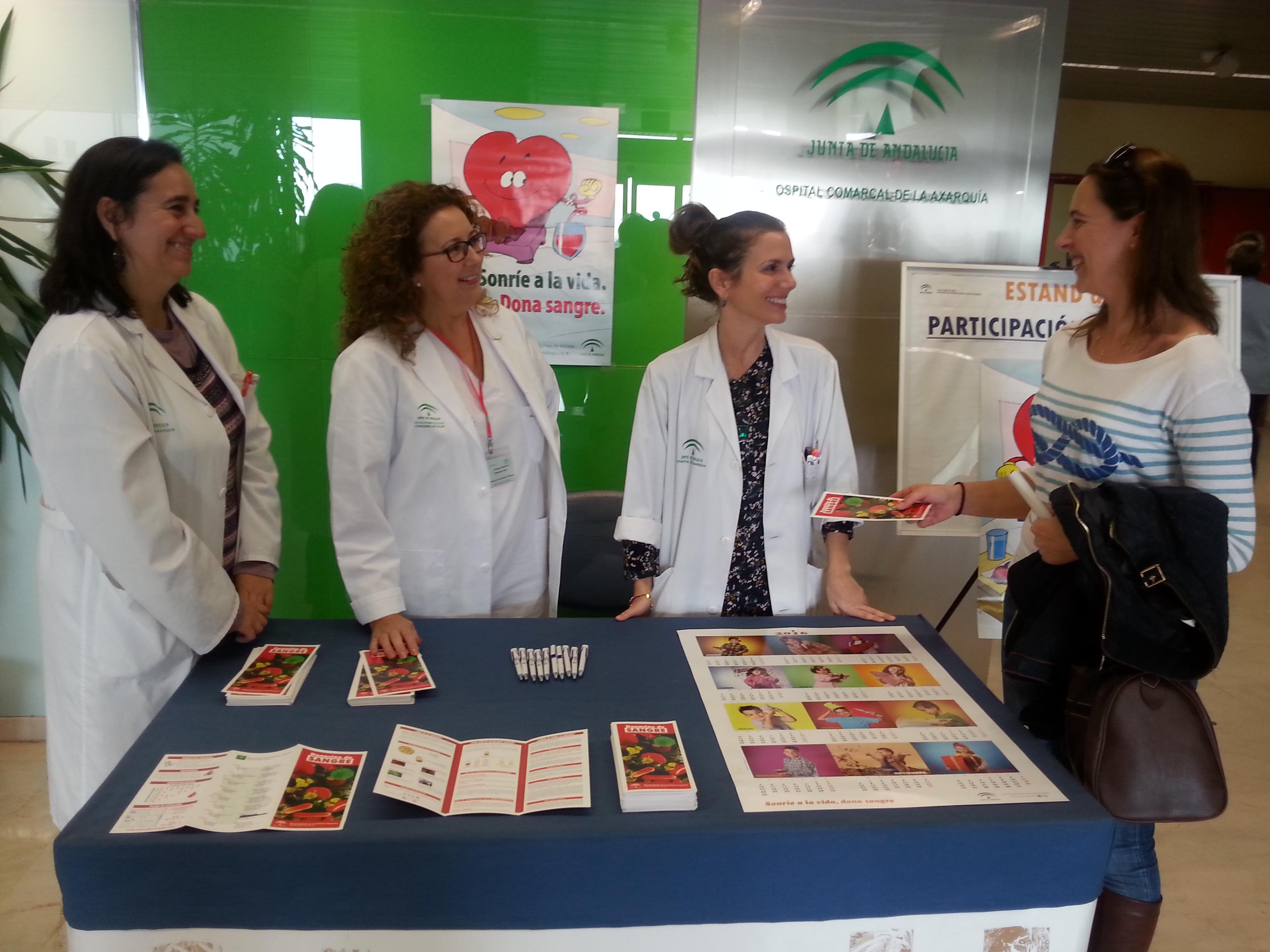 El Área Sanitaria Málaga-Axarquía instala una mesa informativa para fomentar la donación de sangre de cara a la Navidad