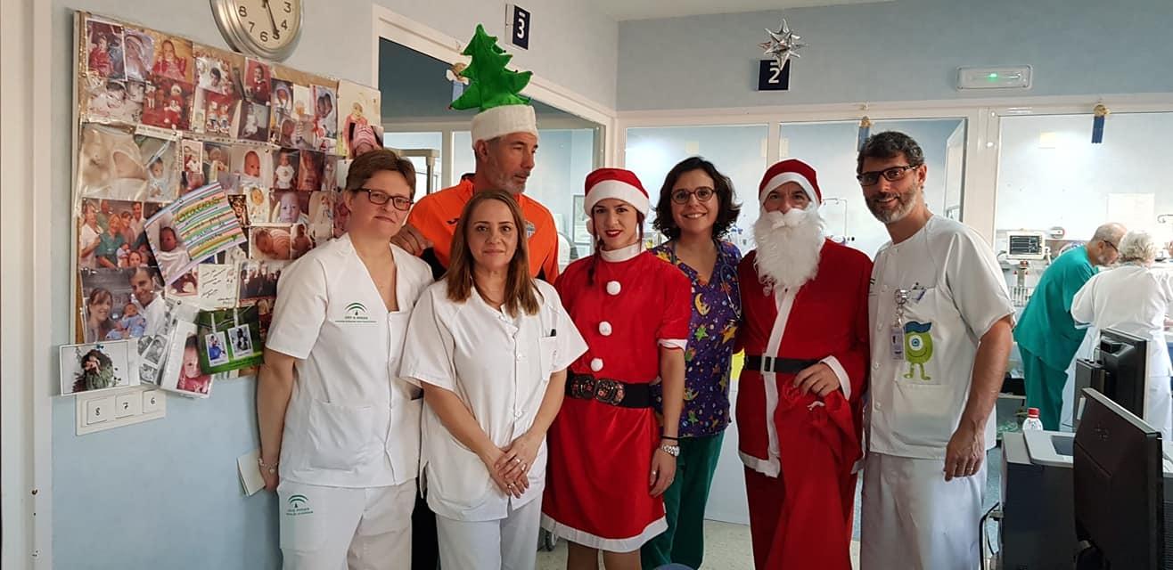 El Club Running Playas de Torre del Mar ayuda a Papá Noel en su visita a los menores ingresados en el Hospital de La Axarquía