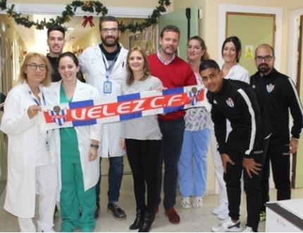 Los niños y niñas del Hospital Comarcal de la Axarquía celebran el año nuevo con los jugadores del Vélez Club de Fútbol