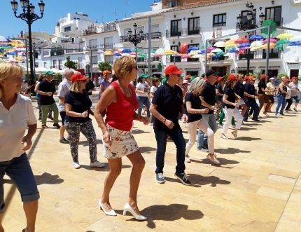 Más de 60 personas participan en el encuentro 'Bailes para la Salud' organizado por el centro de salud de Torrox