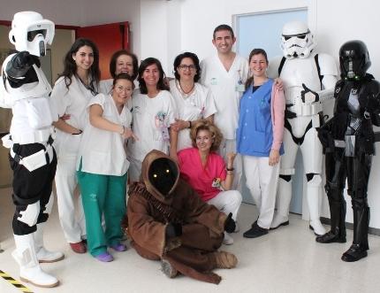 El Hospital Comarcal de la Axarquía recibe la visita de los personajes de Star Wars