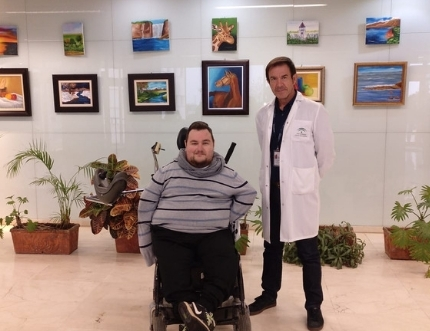 Alejandro Pinazo, integrante de la Asociación de Pintores con la Boca y el Pie expone la obra 'Retrospectiva'