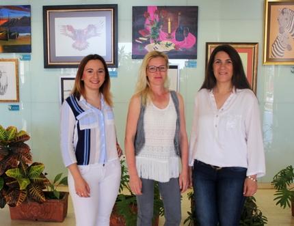 Alumnas de la Escuela de Arte 'Hemiprisma' de Javier Navarta exponen una colección de pinturas en el Hospital Comarcal de la Axarquía