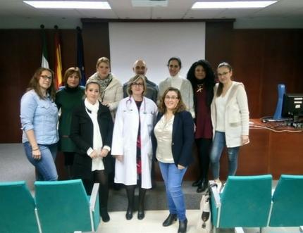 Padres de niños con diabetes aprenden en el Hospital Comarcal de la Axarquía cómo educar en cuidados a otras familias