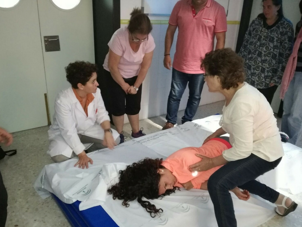 El Área Sanitaria Axarquía imparte un taller para cuidadores en la atención de pacientes frágiles
