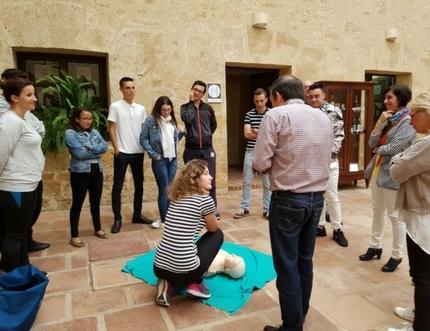 Profesionales del centro de salud de Vélez-Sur forman a profesores y alumnos en técnicas de reanimación cardiopulmonar