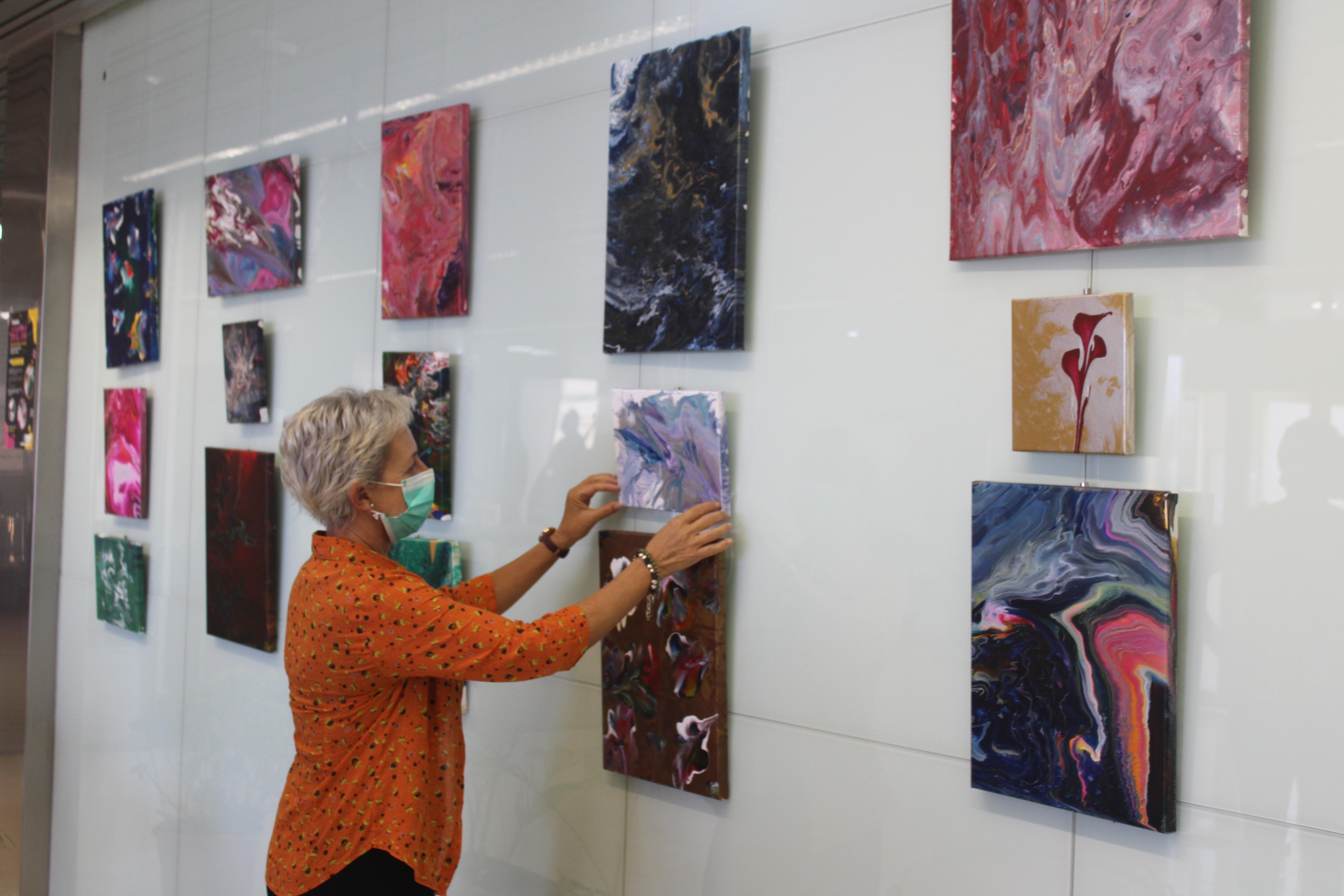 """Pacientes del Hospital de Día de Salud Mental de nuestra Área, presentan en la sala de exposiciones del Hospital de la Axarquía la obra """"Experimentando con el arte"""""""
