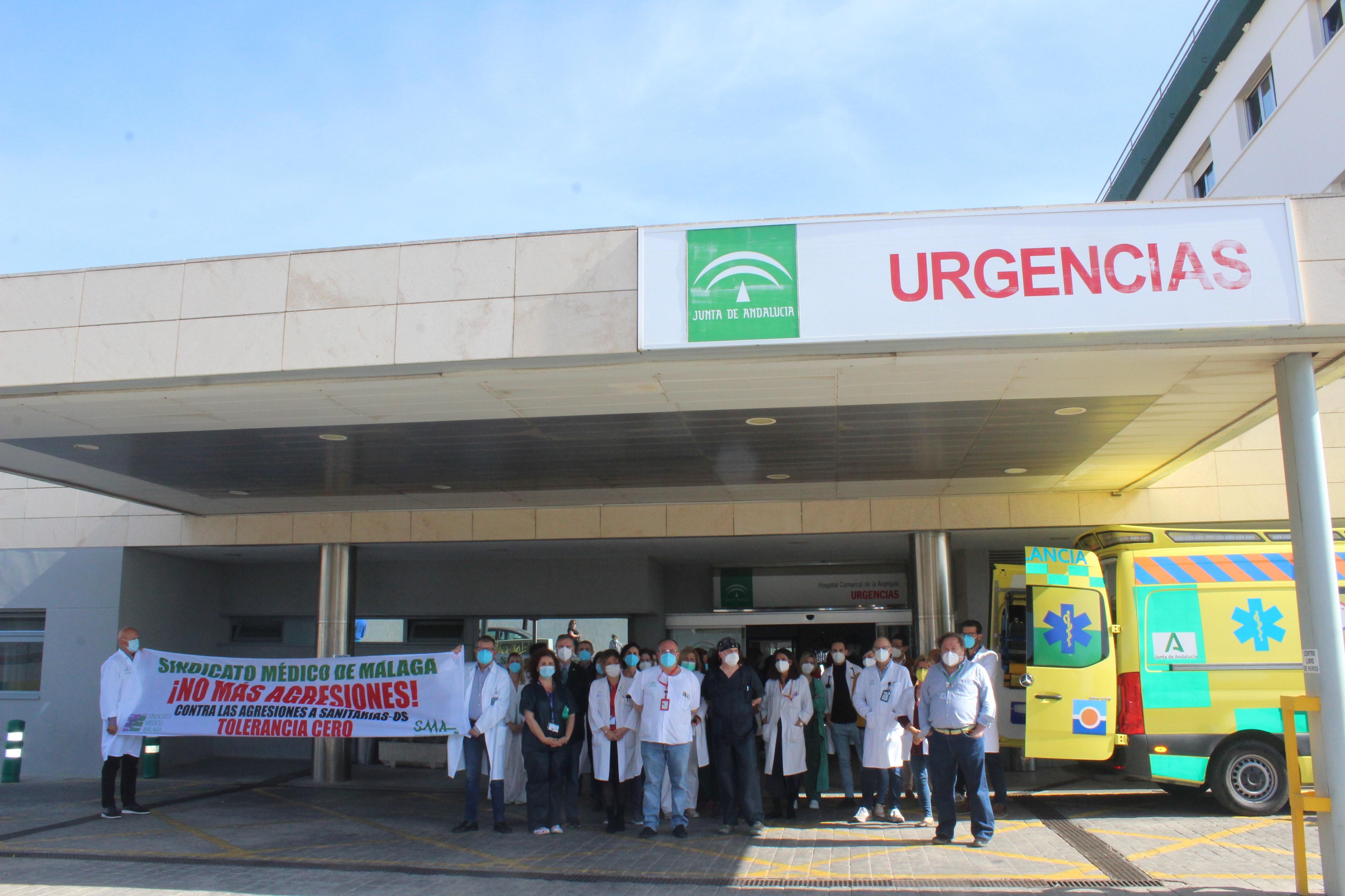 Los profesionales sanitarios del Área Sanitaria Málaga-Axarquía se concentran ante las agresiones a los trabajadores