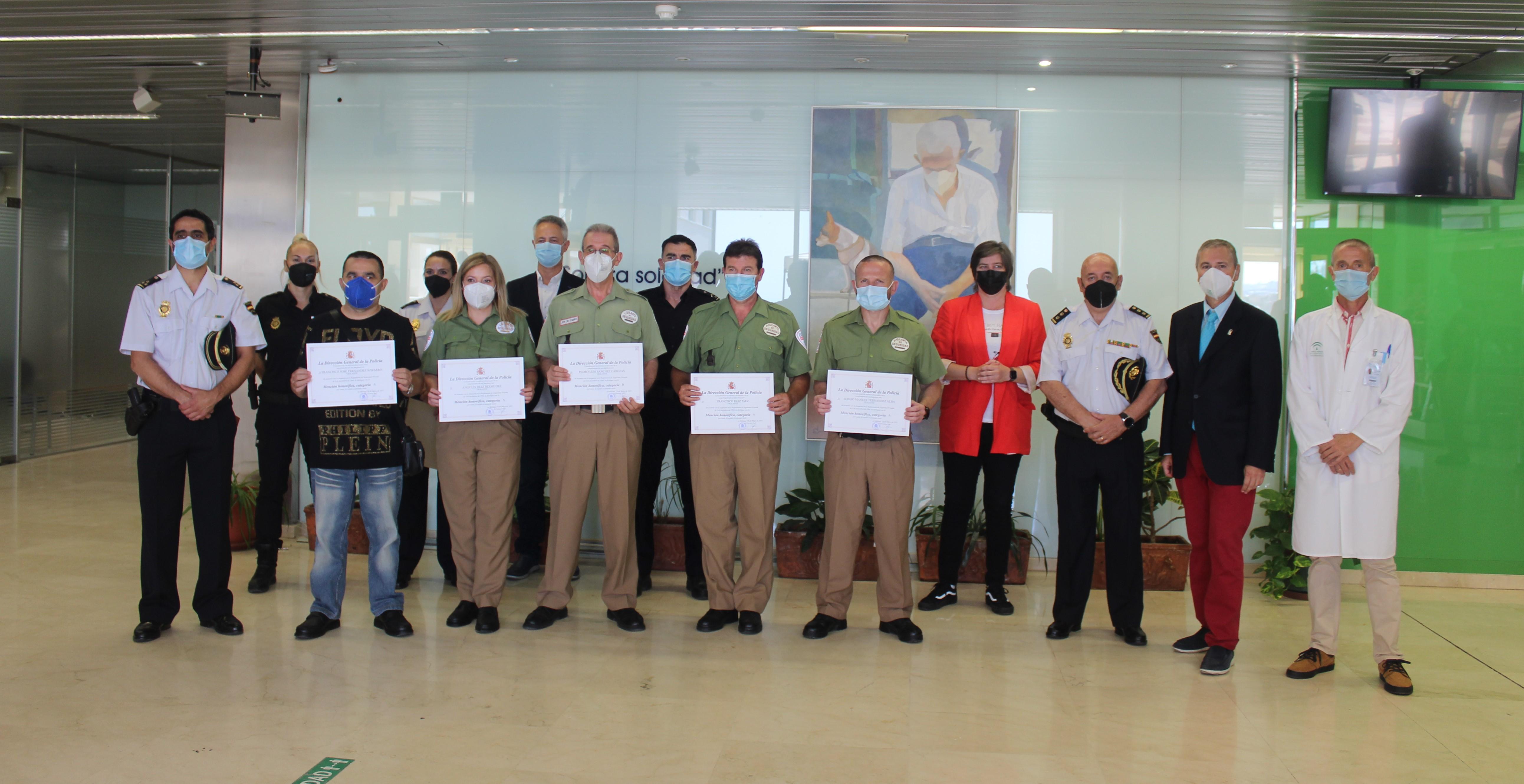 La Policía Nacional ha distinguido esta mañana la labor de los vigilantes de seguridad del Hospital de la Axarquía