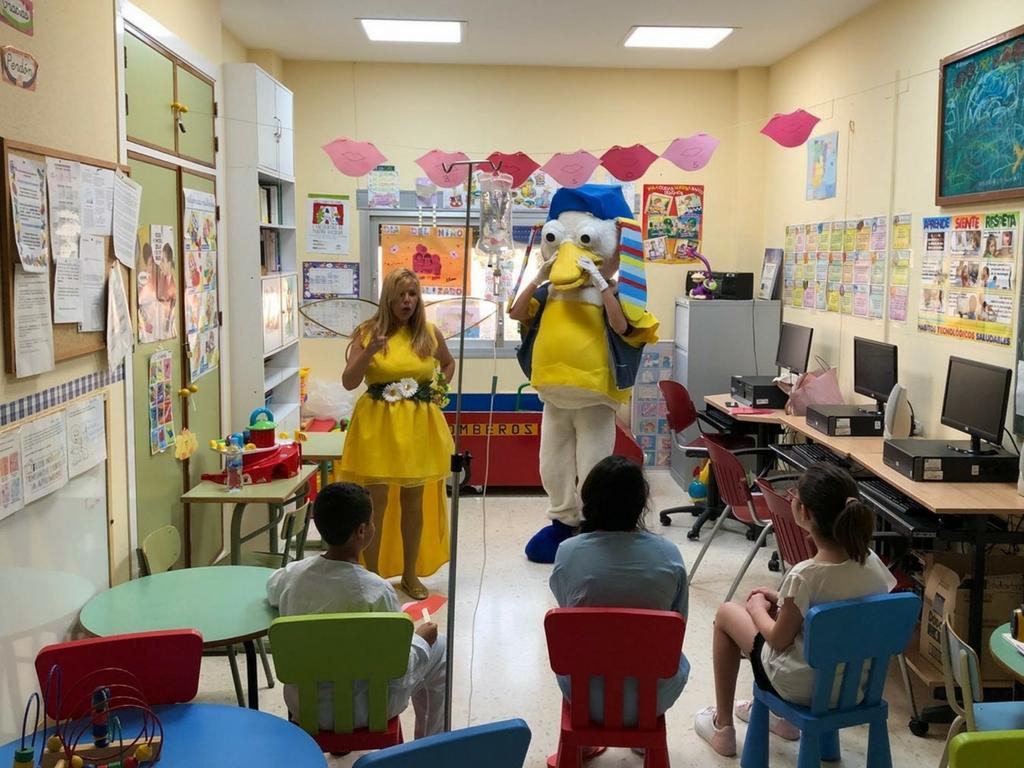 El Hospital Comarcal de la Axarquía recibe la visita de la Compañía Teatral Infantil Perripato