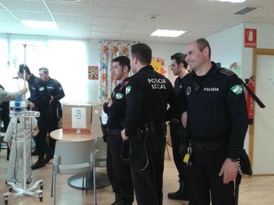 La policía local de Córdoba visita a los niños del hospital infantil