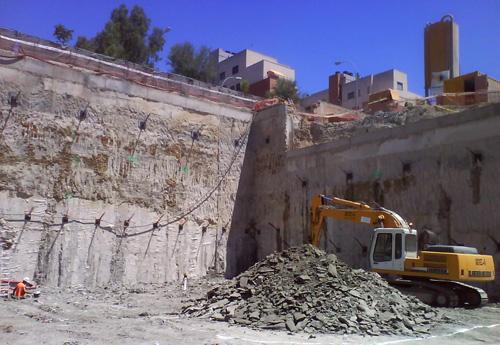 Maquinaria trabajando en la excavación en junio de 2009