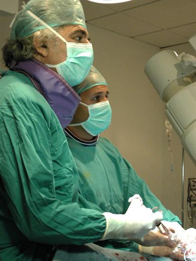 El dr. Suarez de Lezo en quirófano