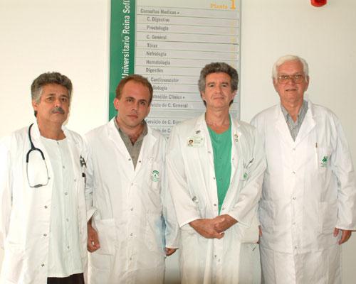 El dr. Salvatierra junto a médicos de Cuba