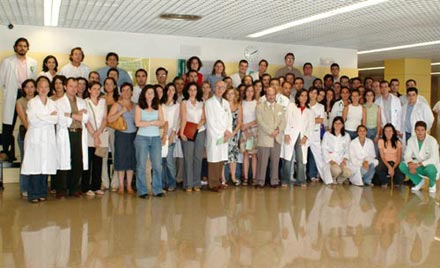 Grupo de residentes que vienen al hospital